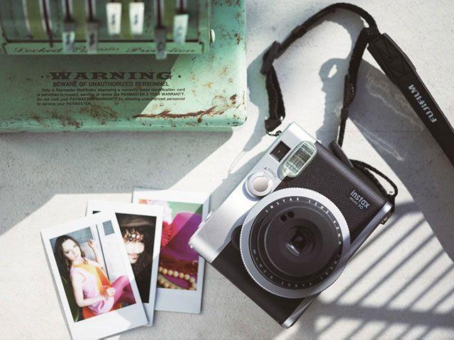Fujifilm rilancia la fotografia istantanea con la Instax Mini 90 Neo Classic
