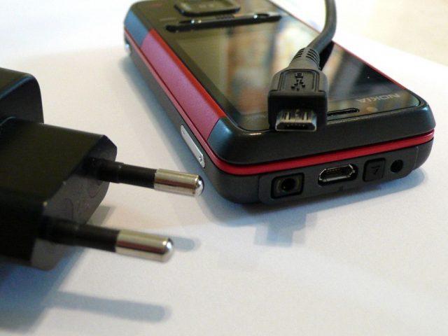 Caricabatterie universale per i cellulari: uno standard dall'UE